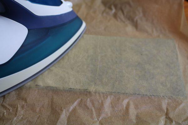 Worbla's Kobra cast wird auf Kunstleder gebügelt