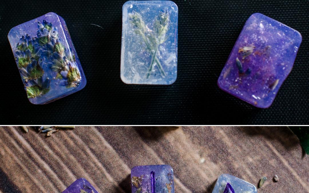 Runensteine mit Worbla basteln – Lavendel Edition